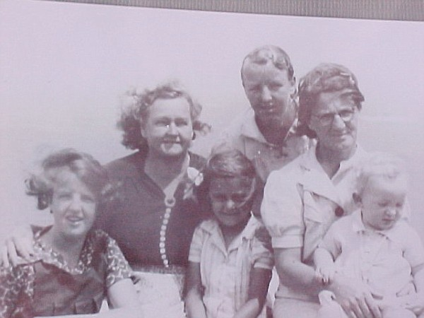 Aunty Margaret, Mrs Ryan, ? , Aunty Phyllis, Nan Smith with Uncle Stuart at Solitary Island