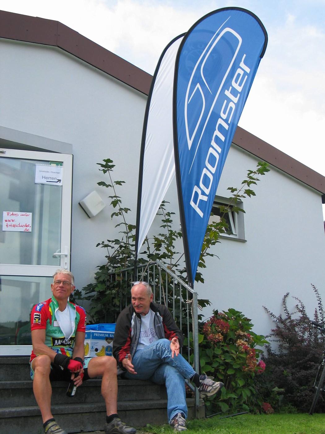 Bernd und Eckhart an der Sporthalle Schieder