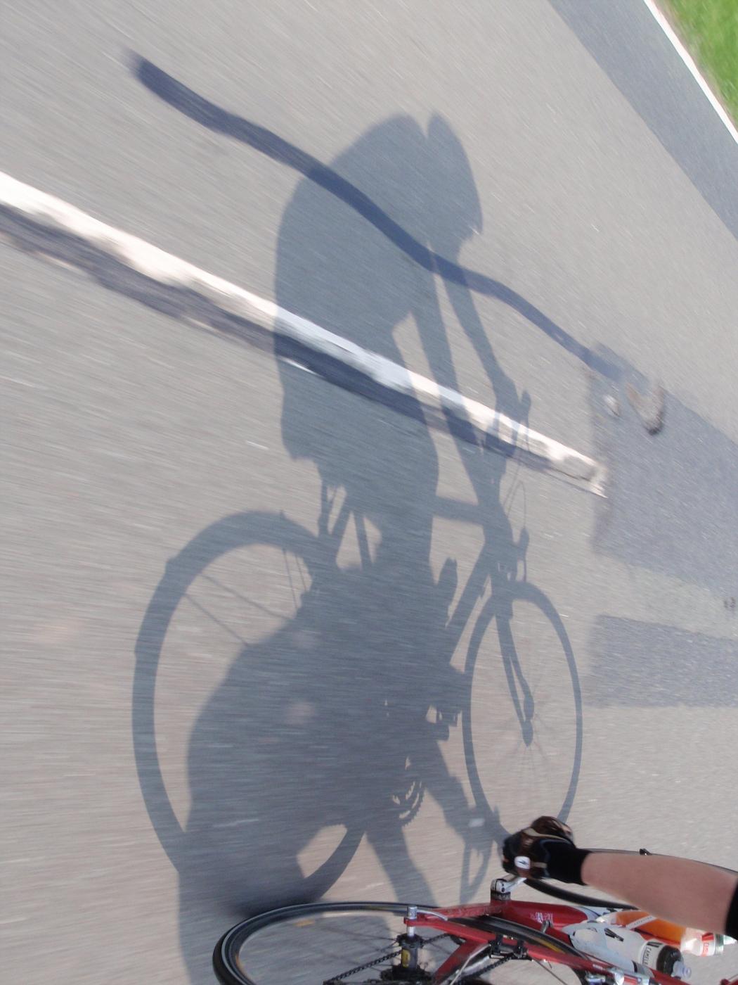 Wolfgang radelt mit seinem Schatten um die Wette! :-D