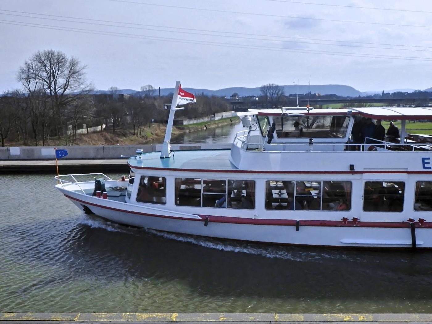 Fahrgastschiff 13m über der Weser