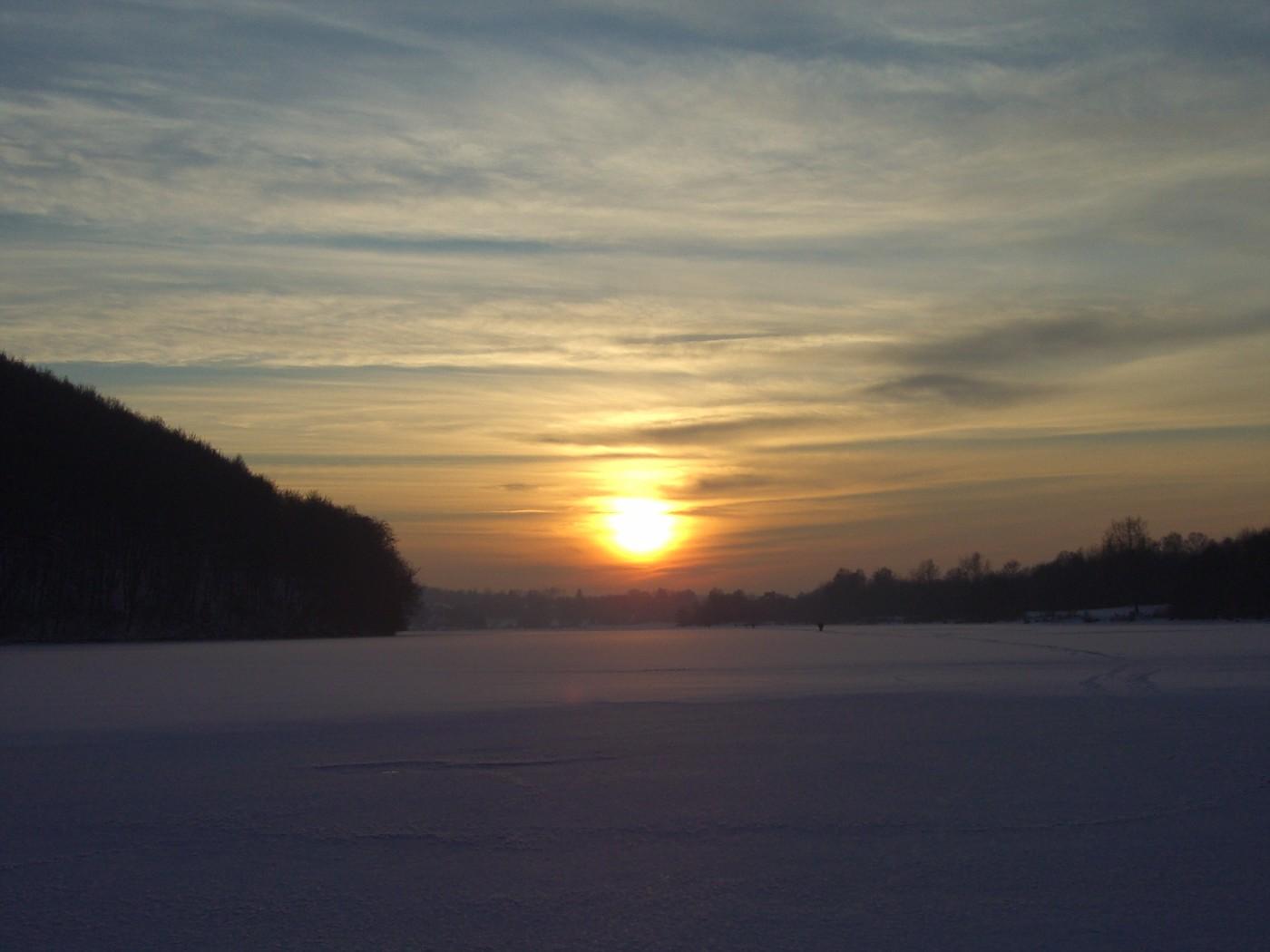 Sonnenuntergang über dem gefrorenen See