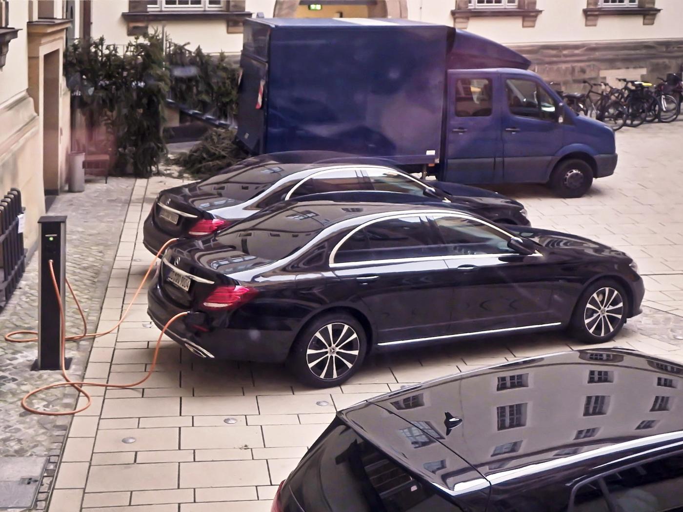 Die Elektroautos der Ratsherren werden aufgeladen