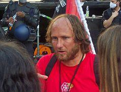 Stephan Bergmann, der Mann im roten Shirt, wurde von der Bühne getragen.