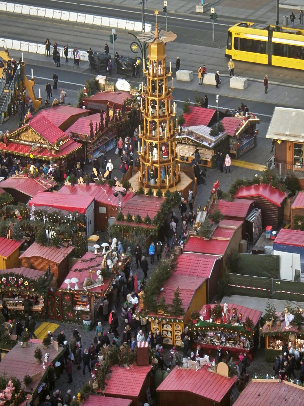 Blick von der Kreuzkirche auf die Weihnachtspyramide